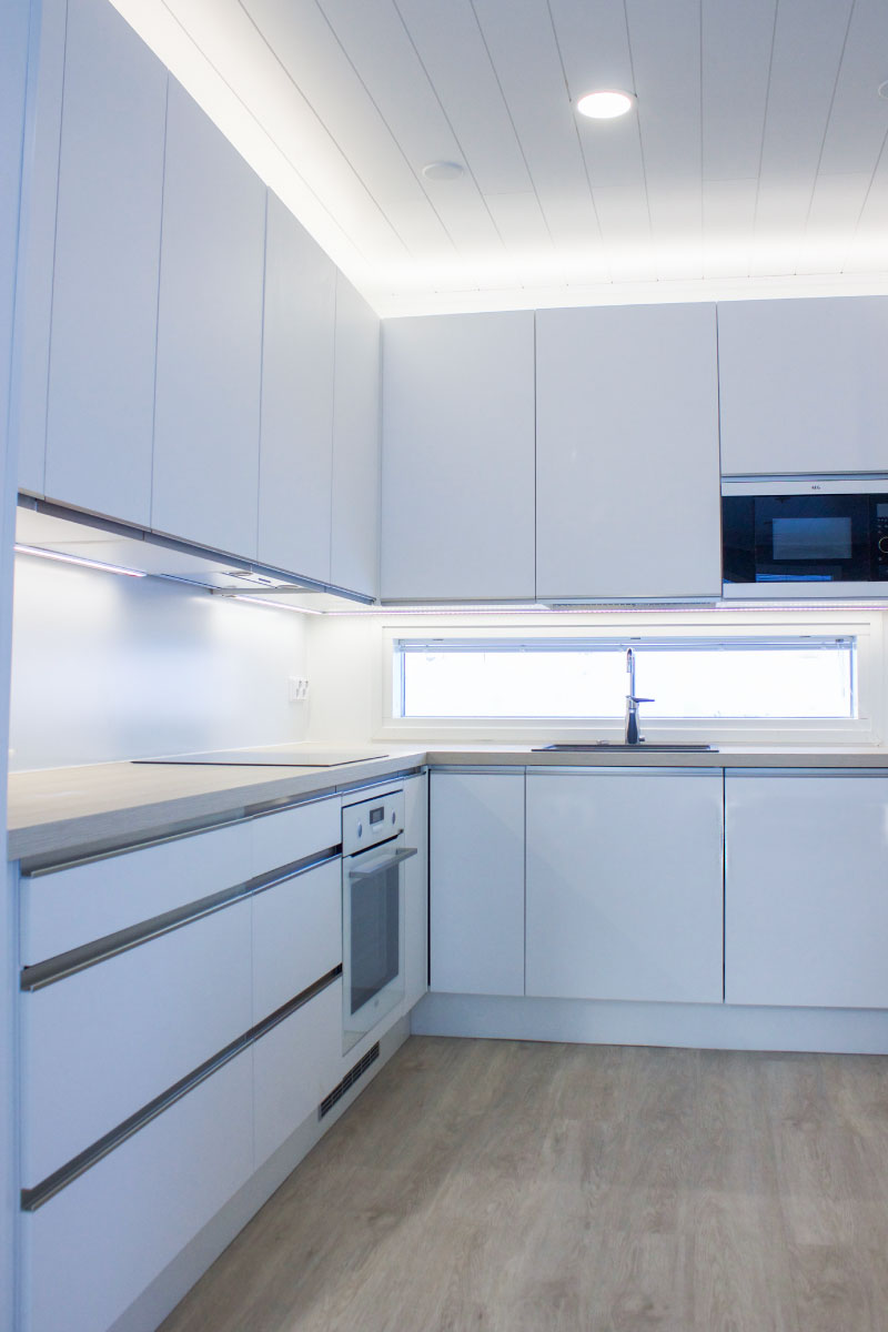 Kylätimpureiden rakentaman kaksikerroksisen omakotitalon keittiö