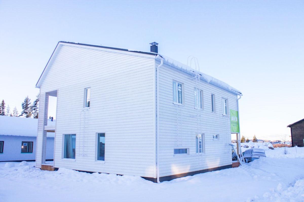 Kylätimpureiden rakentaman kaksikerroksisen omakotitalo kuvattuna talvella ulkoa.
